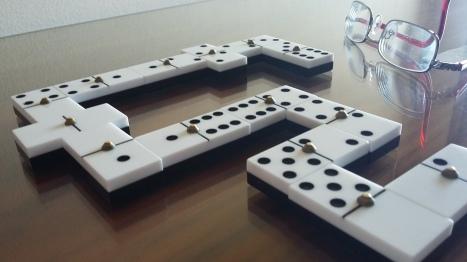 domino-y-gafas